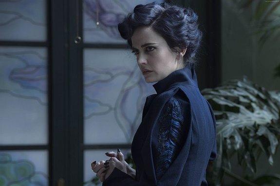 В костюме мисс Перегрин действительно есть перья