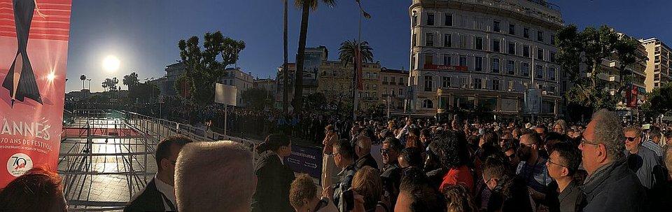 Перед показом «Молодого Годара»: Чтобы проверить зал, прессу оттеснили от фестивального дворца