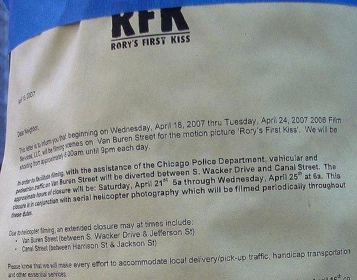 Объявление вЧикаго оперекрытии улиц всвязи сосъемками фильма «Первый поцелуй Рори»