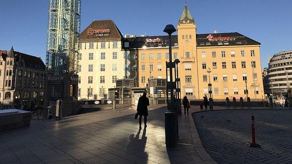 Привокзальная площадь в Осло. Тигр — слева / Фото: КиноПоиск