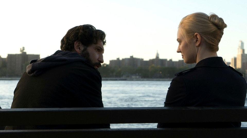 Джон Бернтал и Дебора Энн Уолл в сериале «Каратель» (2017)
