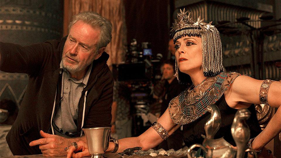 Ридли Скотт и Сигурни Уивер на съемках фильма «Исход: Цари и боги» / Фото: Kerry Brown