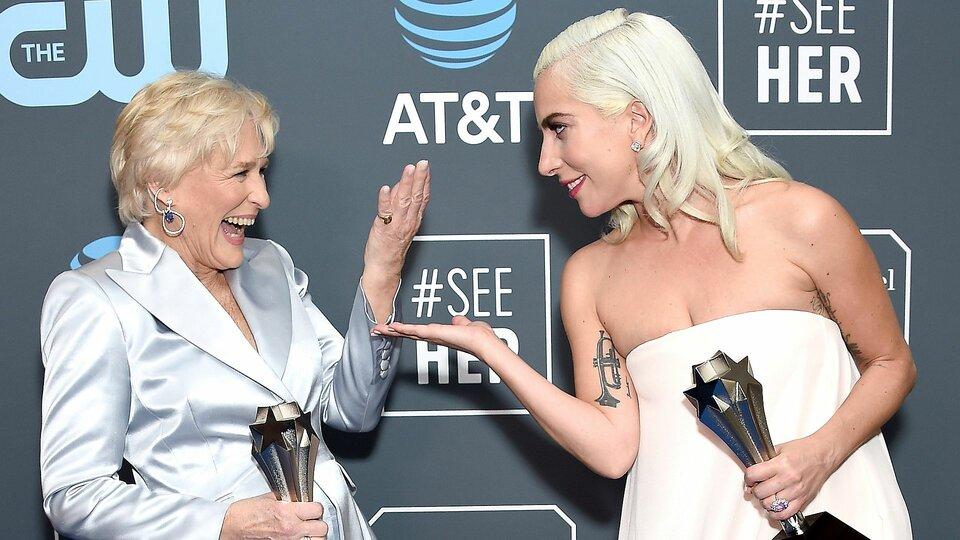 Гленн Клоуз и Леди Гага радуются своим наградам / Фото: Getty Images