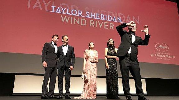 Тьерри Фремо пародирует снимающих на телефоны зрителей перед премьерой фильма «Ветреная река»