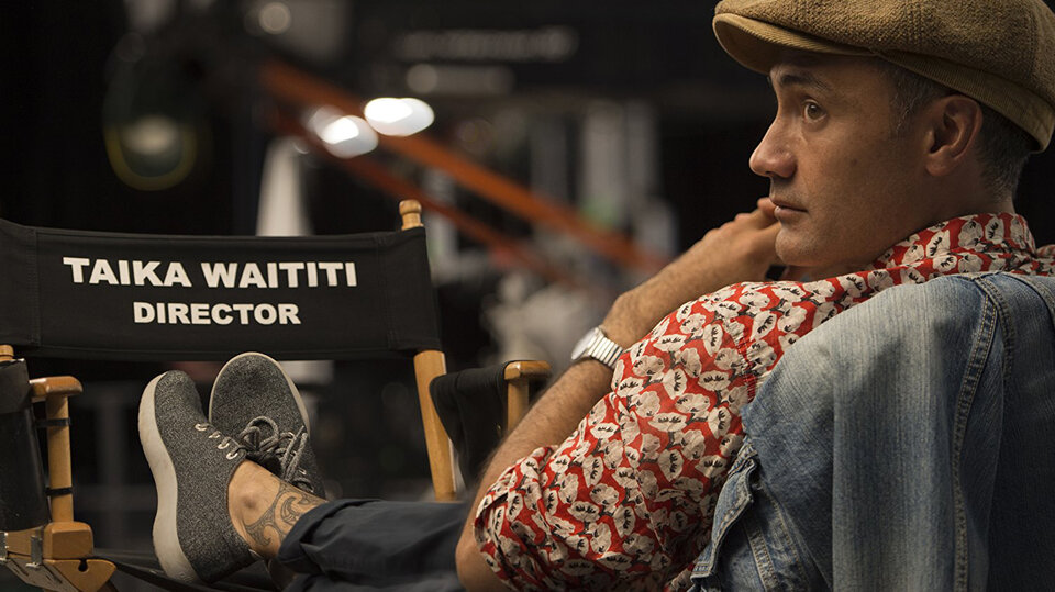 Тайк Вайтити на съемках фильма «Тор: Рагнарёк»