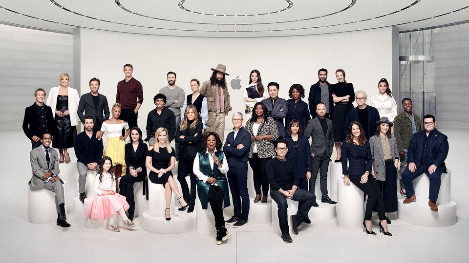 Общая фотография участников презентации сервиса Apple TV+ / Фото: Арт Стрейбер