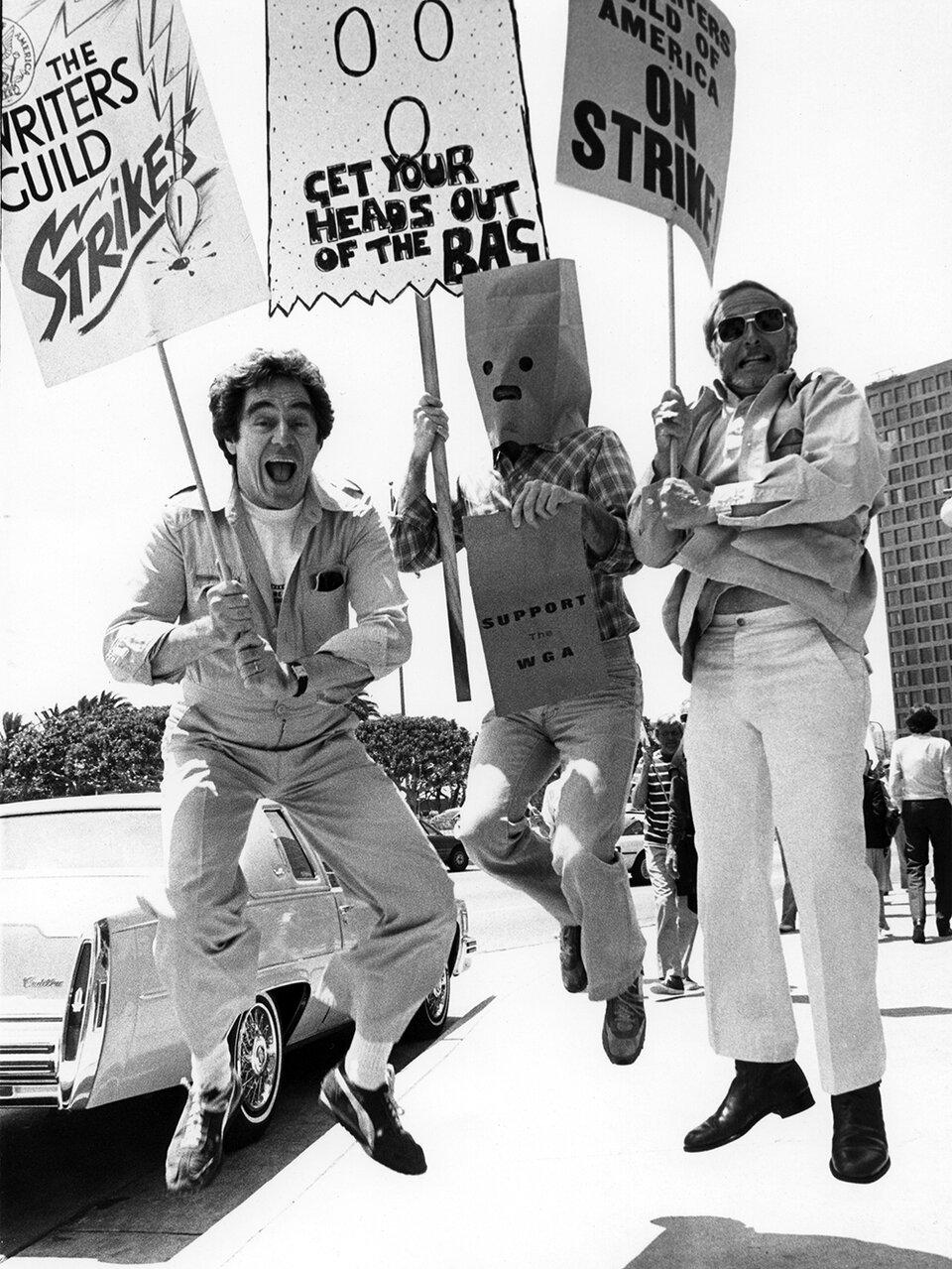 Актер икомпозитор Энтони Ньюли, комик Мюррей Лэнгстон исценарист Льюис Джон Карлино пикетируют перед офисом ABC Studios вовремя трехмесячной забастовки WGA в1981-м. Бастующие требовали отстудий делиться прибылями отдомашнего видео иплатного телеконтента / Фото:Getty Images