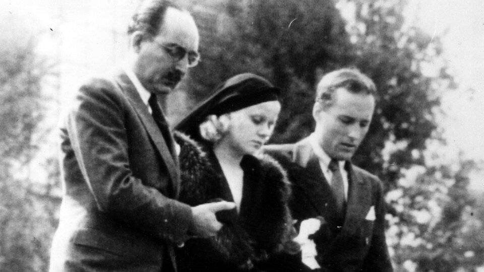 Джин Харлоу с отчимом и родственником выходит из дома в Беверли-Хиллз, отправляясь на похороны Берна