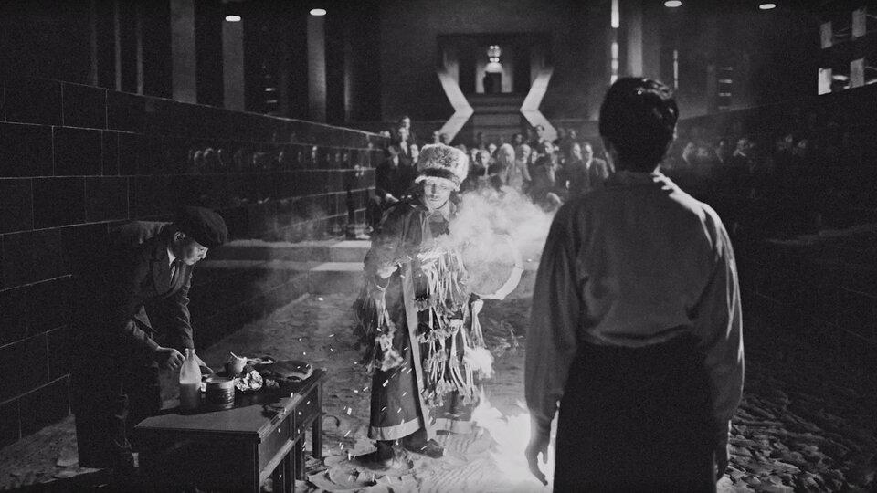 В мире «Дау» обитали и священослужители различных конфессий. Вот шаманит шаман.