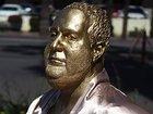 В Лос-Анджелесе появилась статуя Харви Вайнштейна на диване