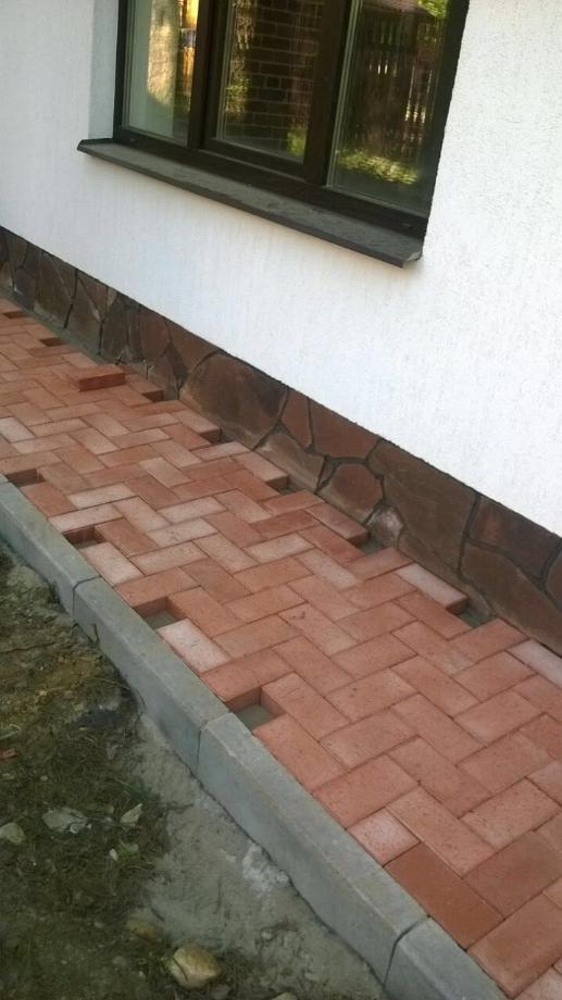 Чтобы плитка не разъезжалась, можно поставить по краям бордюры