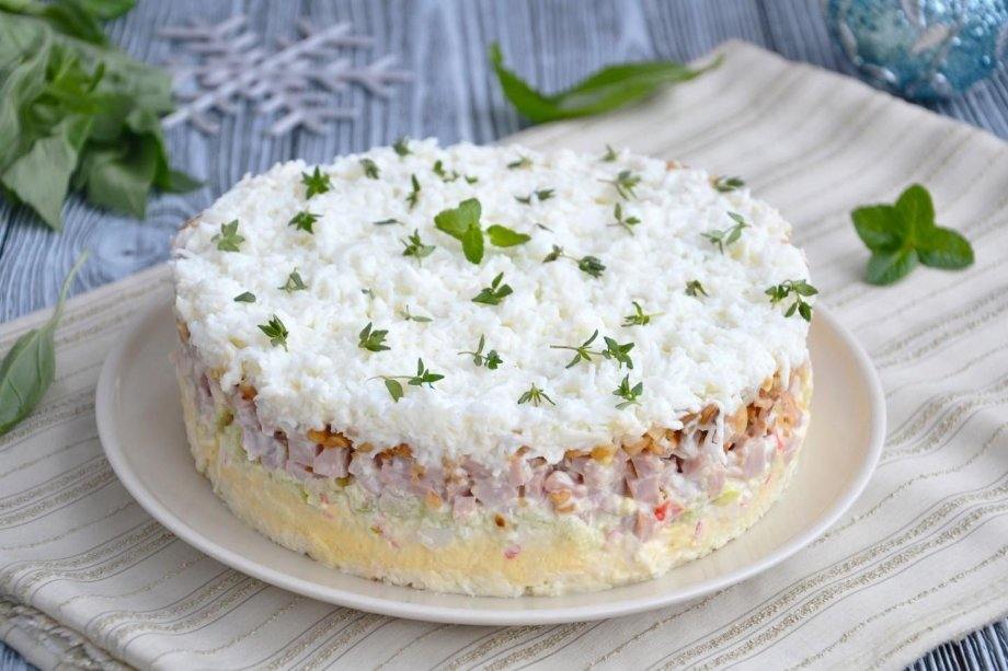 Перед подачей настол украшаю салат оливками, веточками петрушки или мяты