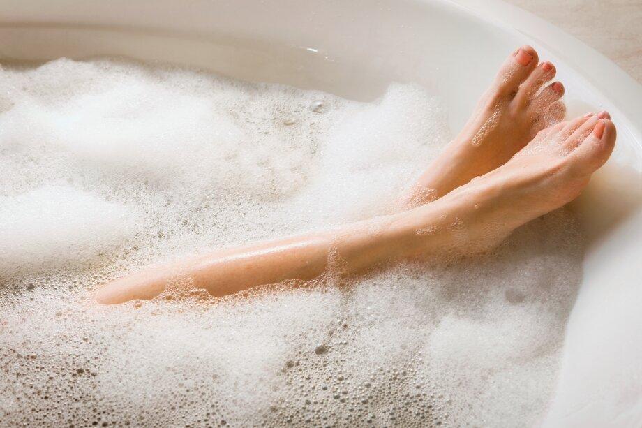 Пемзой можно пользоваться несколько раз внеделю, распарив предварительно ноги
