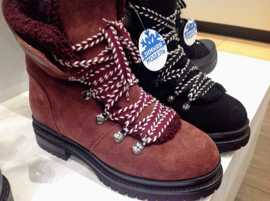 Замшевые полуботинки сошнуровкой наплоской подошве— удобная модель назиму. Такую обувь можно носить сбрюками