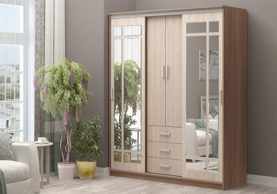 Для спальни лучше выбирать большой шкаф сзеркалом иразными секциями. Удобно, если внизу будут широкие ящики для постельного белья