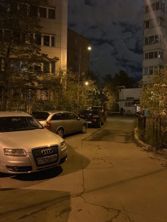 В темном дворе камера снимает фотографии так, как будто дело происходит днем