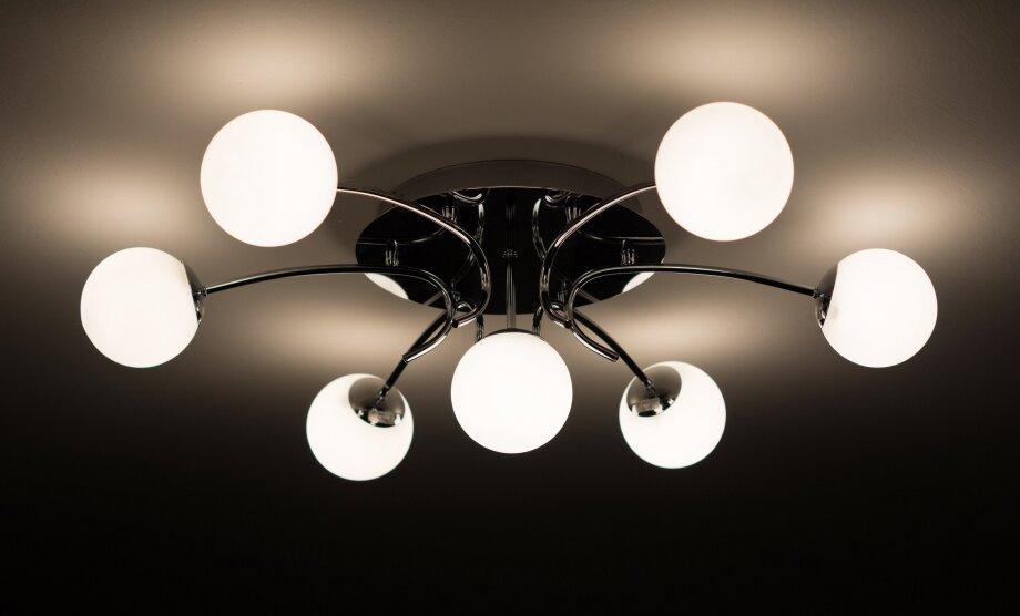 Так выглядит люстра сотражённым освещением, которая может создавать световые акценты напотолке или стенах