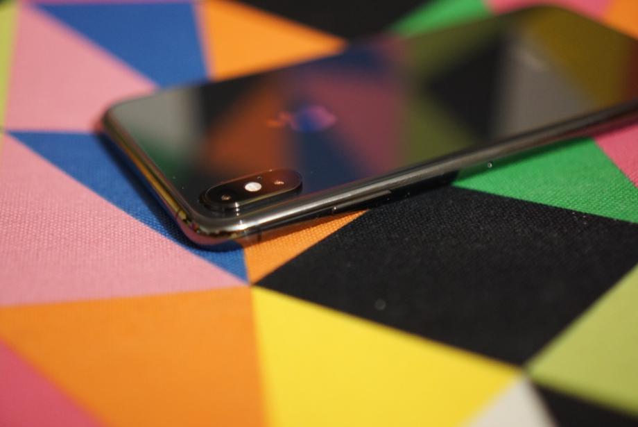 Блок из двух камер выступает наружу, но эту особенность нивелирует чехол, в котором смартфон можно класть на стол без страха поцарапать