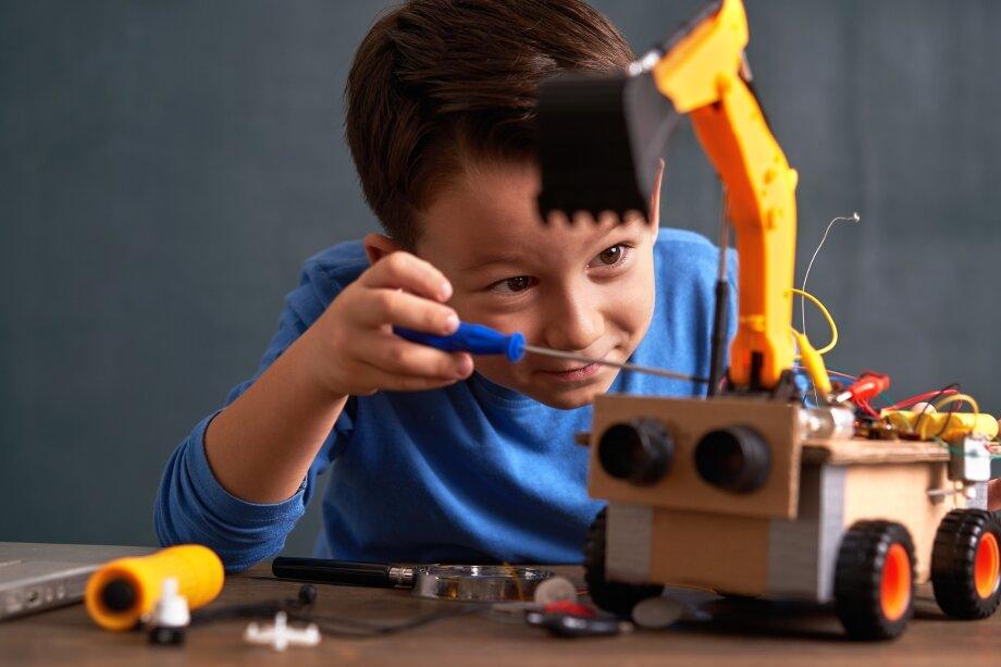 Внедрять STEM можно с раннего возраста, но нужно рассчитывать сложность задач и игр, исходя из возрастных особенностей и возможностей ребёнка