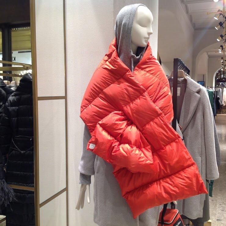 Объёмный пуховой шарф— модный аксессуар, который можно накинуть поверх пальто как палантин. Онстанет ярким акцентом, защитит отснега иветра