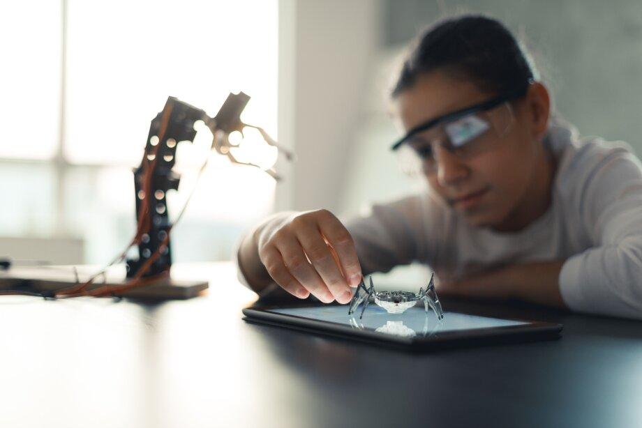 Самостоятельно справиться с задачами из STEM-конструкторов под силу детям постарше. Детям до семи лет может потребоваться помощь родителей