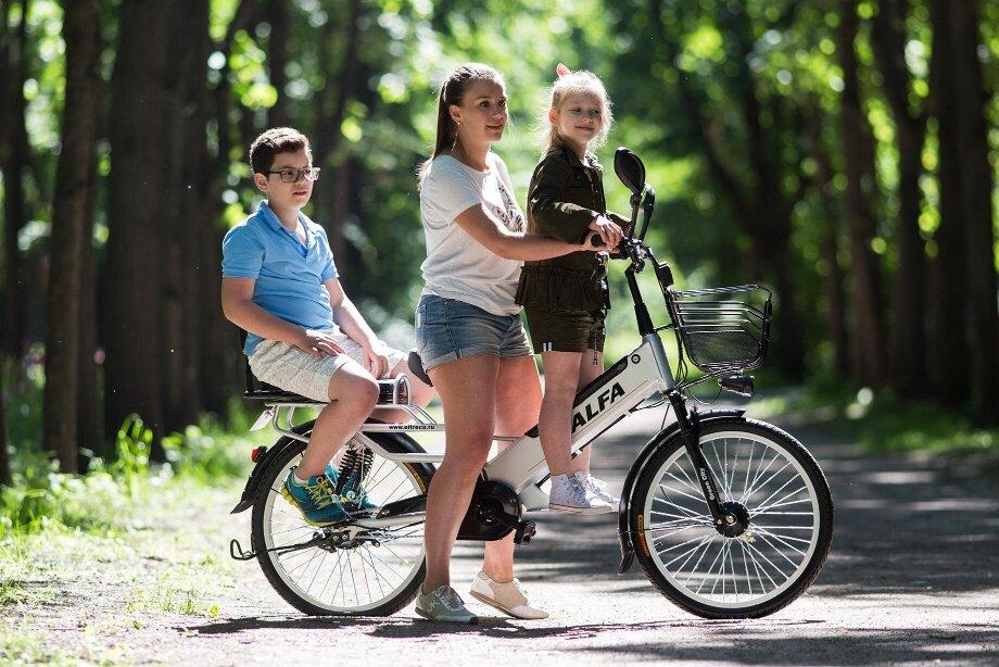 Наэлектровелосипеде можно кататься сдетьми. Для этого подойдут модели судобным задним сиденьем