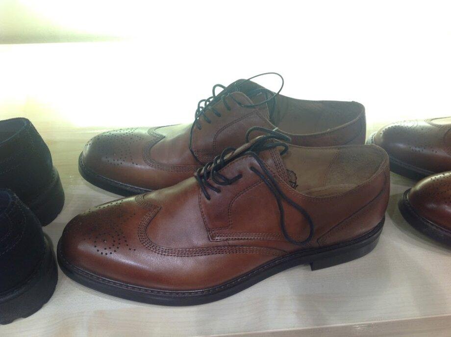 Дерби отличаются отоксфордов шнуровкой открытого типа. Берцы наних можно отогнуть всторону