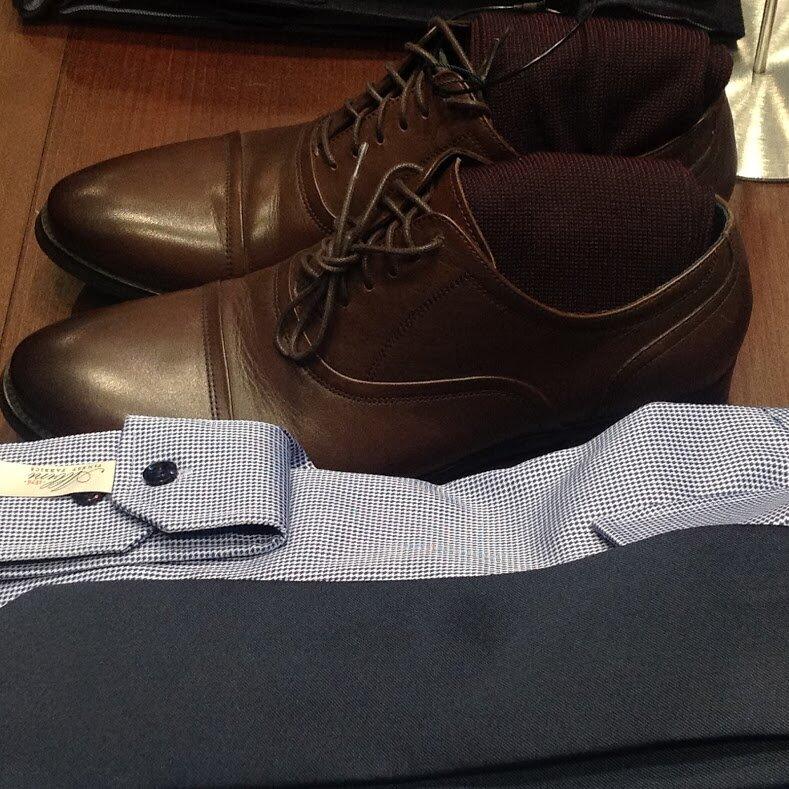 Оксфорды отличаются округлым носком, широким низким каблуком, закрытой шнуровкой истрочкой наранте. Воксфордах союзка нашита поверх берцев