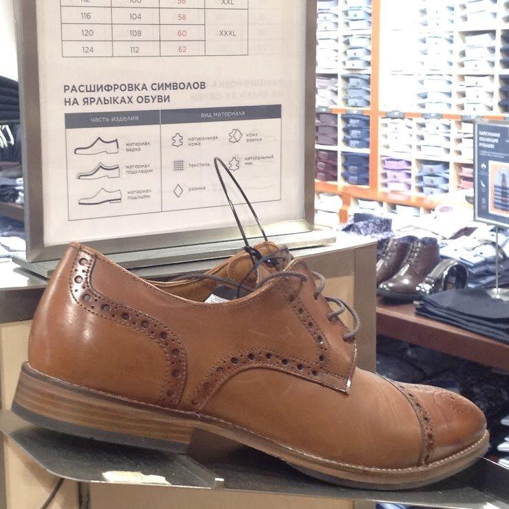 Декоративная перфорация делает дерби более демократичной обувью— можно ихносить сджинсами, чиносами, брюками инестрогими костюмами. Чем светлее цвета ифактурнее материалы, тем более повседневными становятся дерби