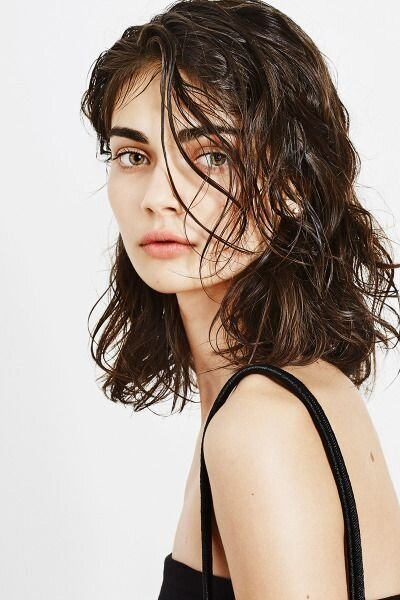 Styling with the effect of wet hair.  Photo https://www.pinterest.ru/