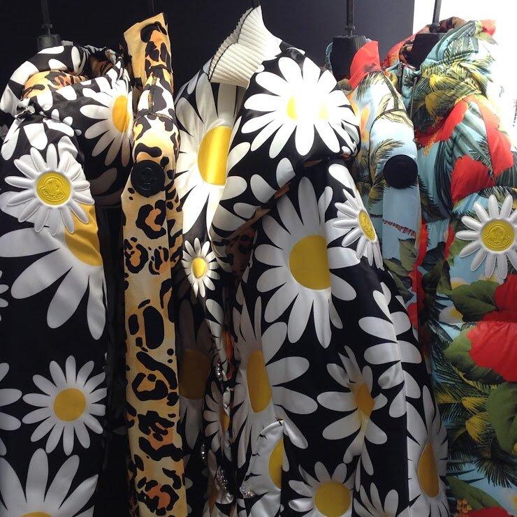 Дизайнеры предлагают максимально продлить лето— носить яркие цветочные итропические принты назимней одежде