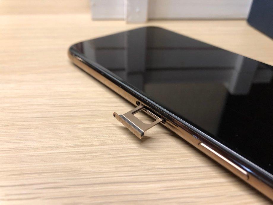 Физический слот для SIM-карты по-прежнему один, но в китайских версиях можно вставить две обычных nano-SIM
