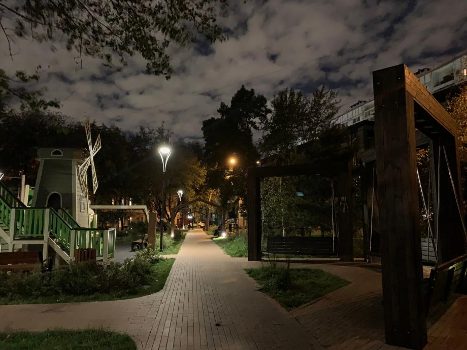Алгоритм особенно хорошо проработал ночное небо, которое стало главным акцентом фотографии
