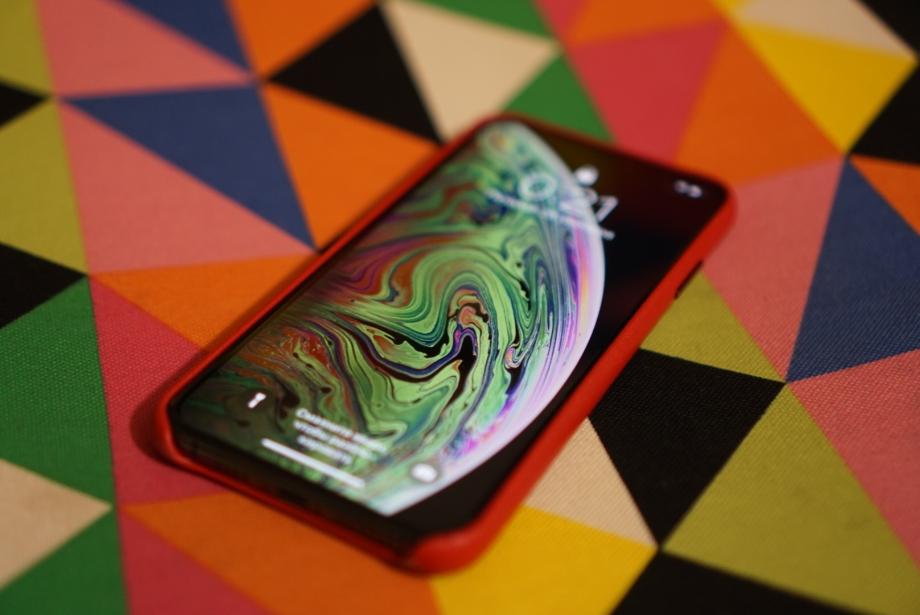 Экран смартфона демонстрирует очень сочные цвета, невооруженным взглядом на нем невозможно разглядеть пиксели