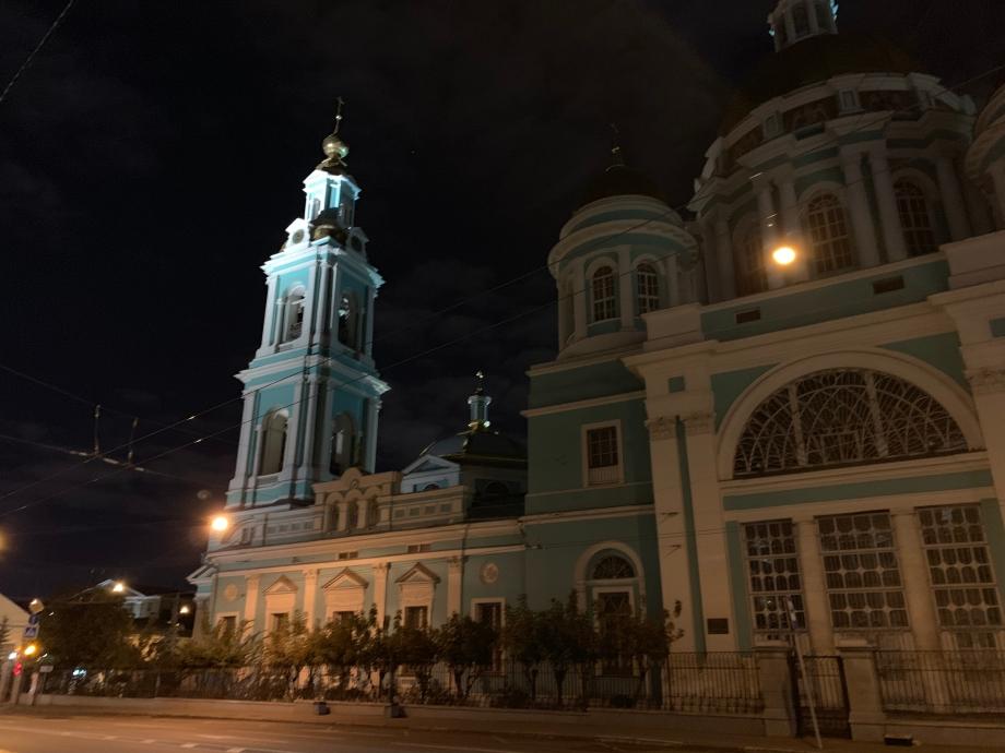 Елоховский собор хорошо виден на фото даже без ночной  подсветки