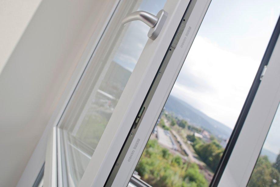 Накаждой створке есть специальные металлические приспособления, которые помогают окну плотно закрываться