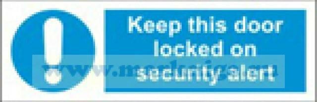 Дверь должна быть задраена в случае угрозы безопасности. Keep this door locked on security alert (самоклейка)
