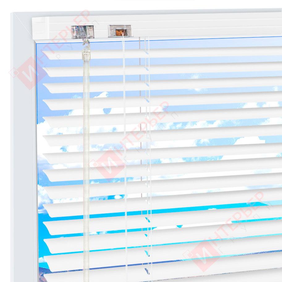 Горизонтальные алюминиевые жалюзи на пластиковые окна - цвет белый
