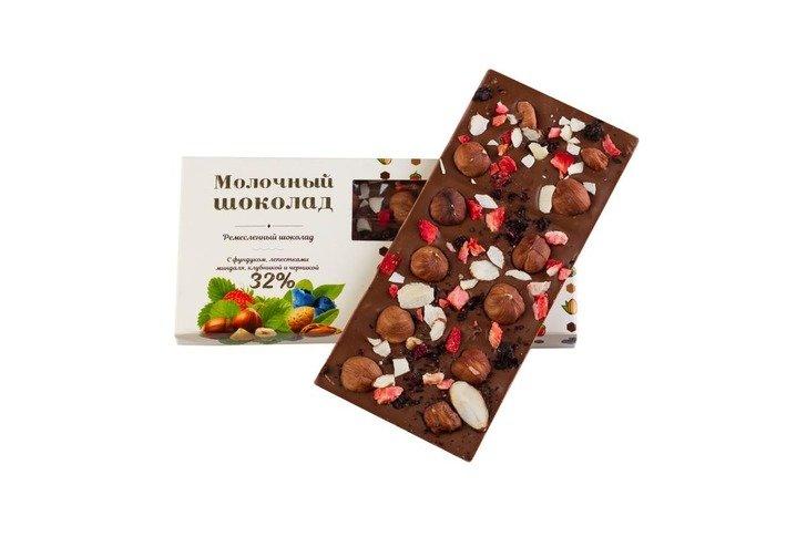 Шоколад молочный с фундуком, лепестками миндаля и ягодами клубники и черники