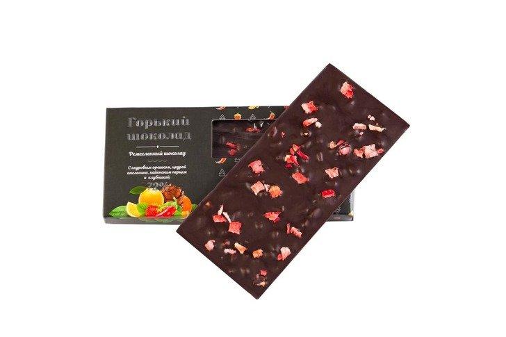 Шоколад горький с кедровым орехом, цедрой апельсина, кайенским перцем и клубникой