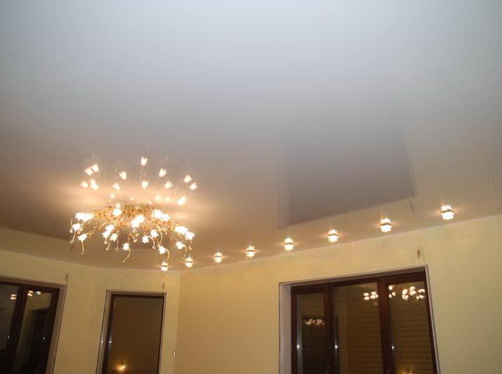 Натяжные потолки глянцевые белые в зал цена за 1м2 с установкой