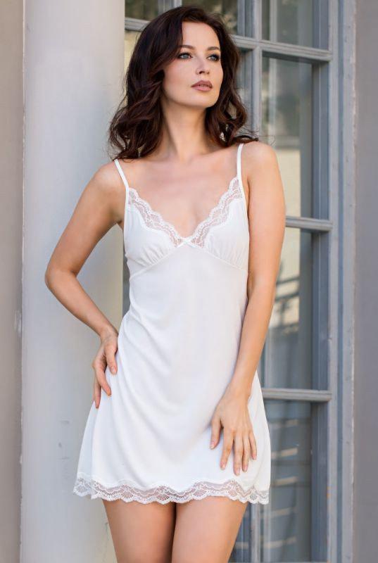 Вискозная белая ночная сорочка с кружевом