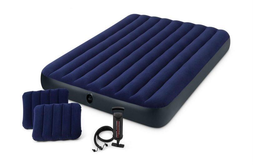 Надувная мебель Надувной матрас Intex 68765 двуспальный (с ручным насосом и 2 подушками) (152х203х22)
