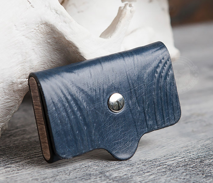 Boroda Design Визитница синего цвета из кожи и дерева