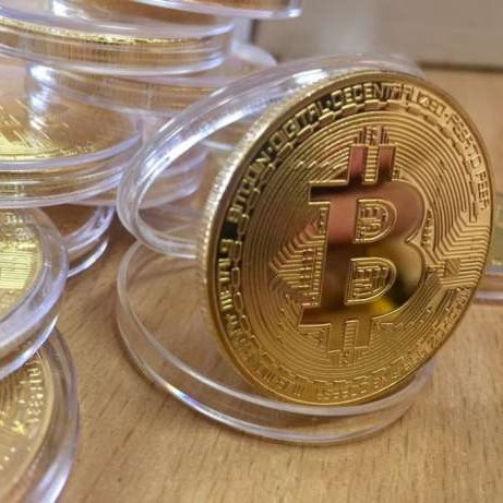 Сувенирная монета Bitcoin в футляре