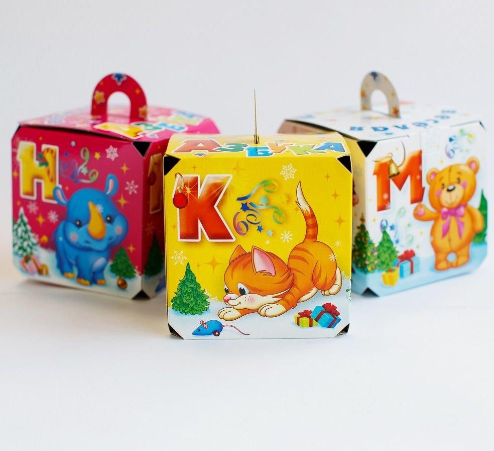 В красном кубе есть и другие мягкие игрушки на новый год, которые так любят дети.