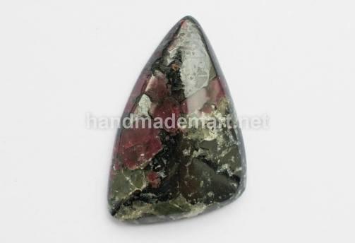 Кабошон Треугольный, Натуральный Эвдиалит, Кольский п-ов, 31х20х6 мм, Черно-розовый, 1 шт (№23)