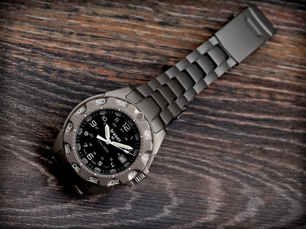 Мужские часы traser chronograph titan blue титан  металл, который легче и прочнее стали, имеет стильный темно-серый оттенок, очень интересно смотрится в изделиях.