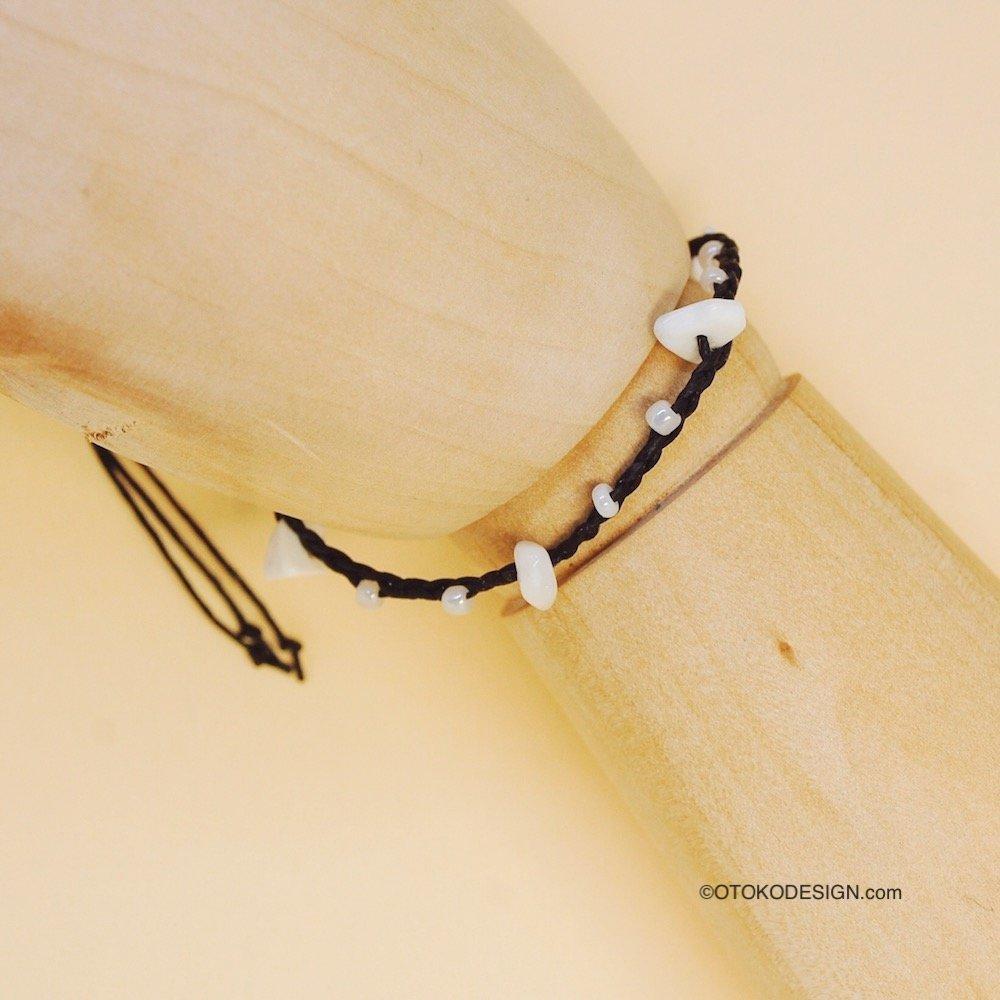 Плетенный коричневый браслет со вставками из Белого агата и бисера