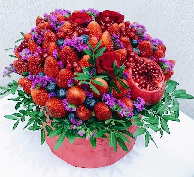 Букет из сладких ягод с розами в шляпной коробке (Коробка 14 см)